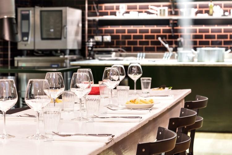 Tavolo con cena aziendale e cucina