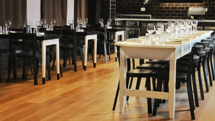 la sala con tavolo sociale e tavoli a scomparsa
